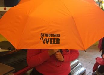 Völser oranje paraplu (sjtroongs weer) II